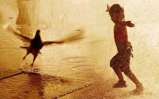 brincar na chuva